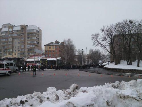 Черкащани посеред вулиці проходять через металошукач, щоб подивитися на Президента