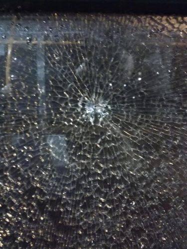 Невідомі пошкодили вікно черкаського тролейбуса (фото)