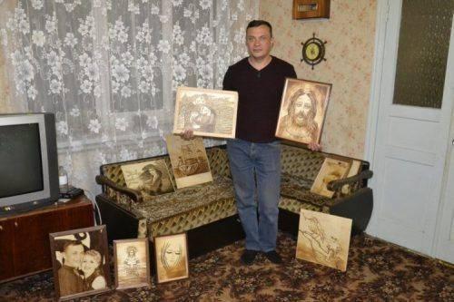 На Черкащині чоловік випалює людські портрети на дереві принтером