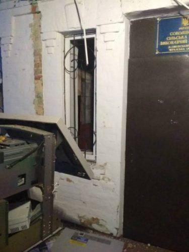 На Черкащині невідомі підірвали банкомат ПриватБанку (фото)
