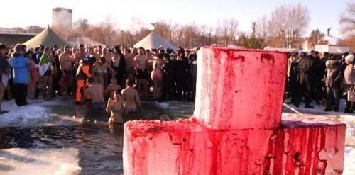 На Водохреща черкащани масово купалися в ополонках (відео)