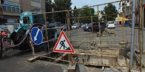 «Кинули всі сили на ліквідацію»: У Черкасах прорвало трубу каналізаційного колектора