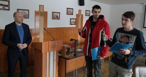 Двоє сиріт з Черкас отримали ключі від квартир (фото)