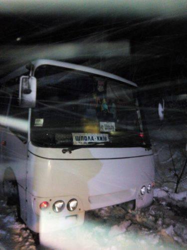 """Рятувальники витягли зі снігового завалу автобус та """"швидку"""" (фото)"""