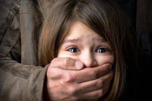 Чоловіку, який чіплявся та погрожував ножем школярці, оголосили про підозру