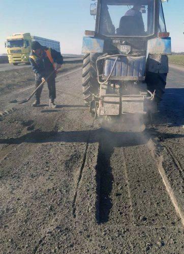 На Черкащині почали латати розбиті після зими дороги (фото)