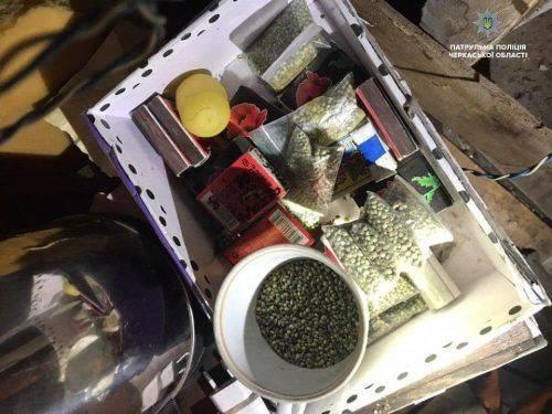 У черкаському підвалі в хлопця знайшли наркотики (фото)