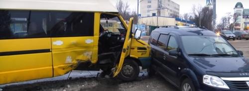 На уманському вокзалі іномарка на швидкості в'їхала в автобус: є постраждалі (відео)