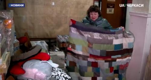 Солодощі, малюнки, ковдри та одяг: волонтери з Черкас зібрали допомогу для бійців ООС (відео)