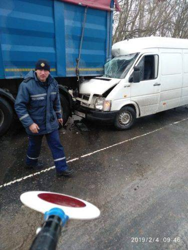 Не вибрали безпечної дистанції і швидкості: на Черкащині мікроавтобус врізався у вантажівку (фото)