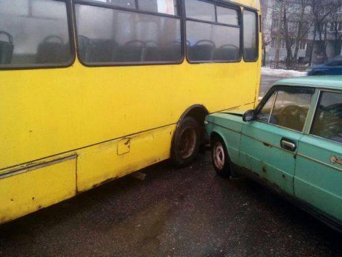 Ранкова ДТП у Черкасах: маршрутка зіткнулася з ВАЗом