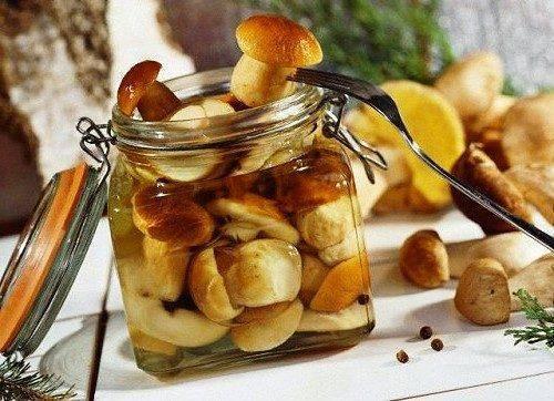 На Черкащині жінка отруїлася консервованими грибами, які сама приготувала