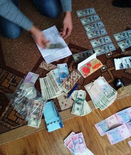 У Черкасах СБУ викрила на хабарі у 5000 доларів слідчого Національної поліції