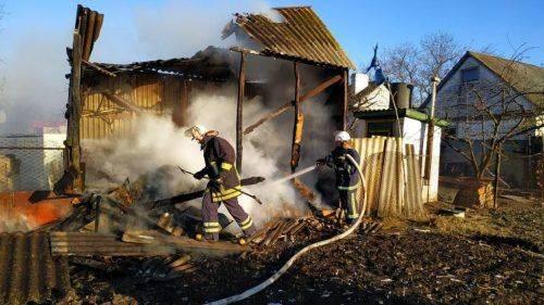 Через пожежі сміття горіли дві надвірні споруди на Черкащині (відео)