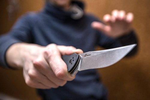 У Черкасах на гарячому затримали озброєного ножем нападника (відео)