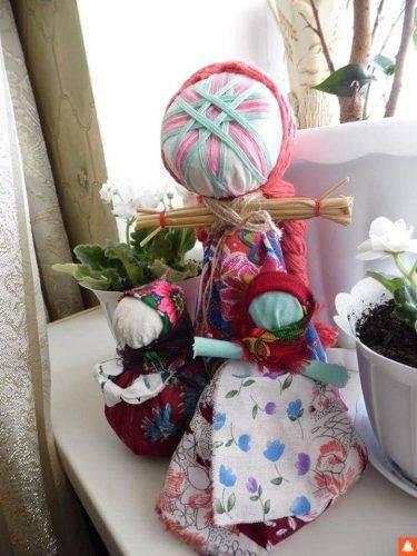 Черкащанка власноруч виготовляє ляльки-обереги (фото)