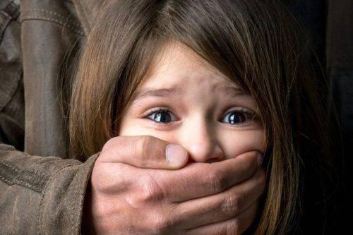 На Черкащині батька підозрюють у розбещенні доньки