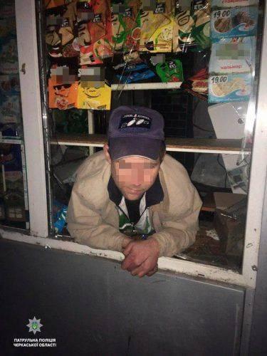 У Черкасах затримали чоловіка, який через розбите вікно проник до кіоску за цигарками