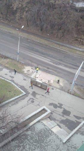 У Черкасах від вітру впала зупинка (фото)