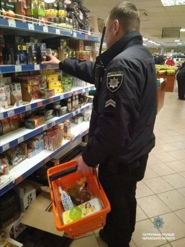 Поліцейські допомогли бабусі купити продукти (фото)