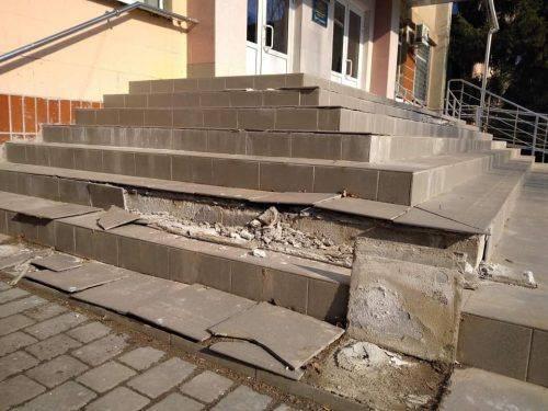 У черкаській школі розсипалися сходи (фото)