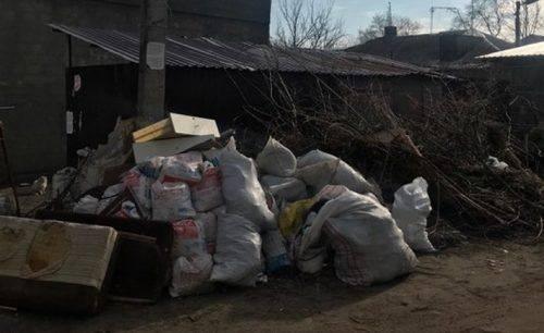 Гілля і навіть старий диван: жителі багатоповерхівок скаржаться на купи непотребу, що зносять з приватного сектору (фото)
