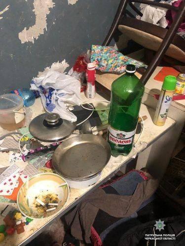 """""""Ну випила, ну не встигла прибрати"""", - у Черкасах жінка тримає дітей у занедбаній квартирі"""