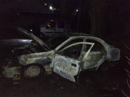 У Черкасах горів автомобіль, імовірна причина - підпал (фото)