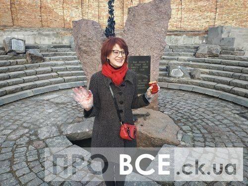 «Йому не місце в Європі»: у черкасах показово облили фарбою пам'ятник загиблим у Чехословаччині (фото, відео)