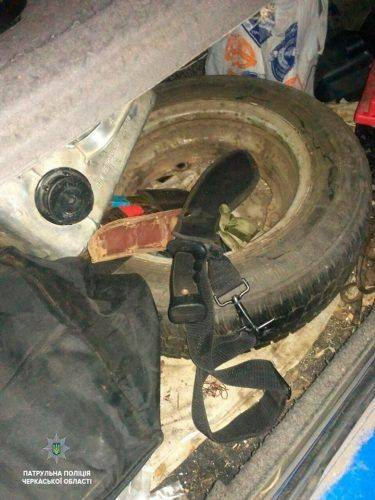 Черкасами роз'їжджав водій під наркотиками та зі зброєю (фото)