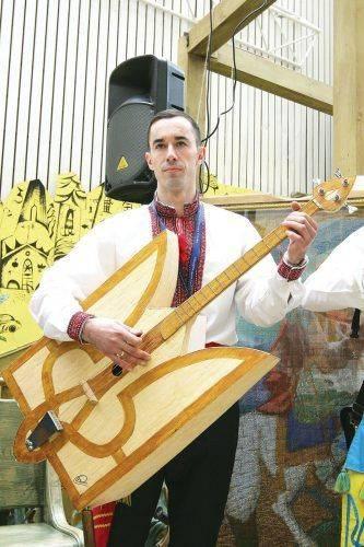 Черкащанин робить музичні інструменти з сірників