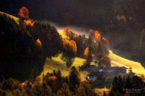 Барвистий осінній пейзаж в Альпах