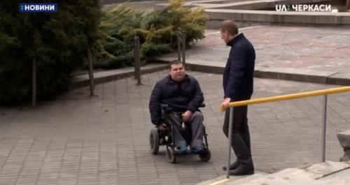 Недоступні дільниці: черкащанин з інвалідністю, розповів, які труднощі виникають під час голосування (відео)