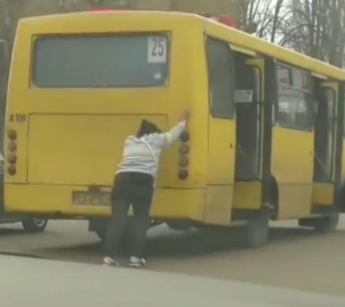 У Черкасах самотужки жінка штовхала маршрутку (відео)