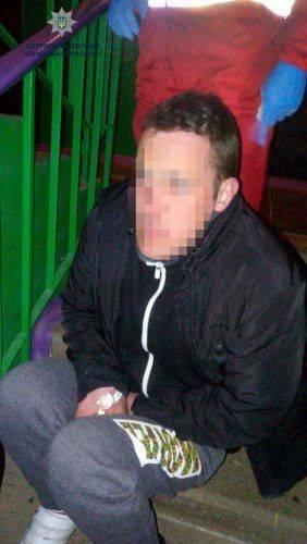 У під'їзді будинку поліція виявила черкащанина без свідомості, який перебував у розшуку