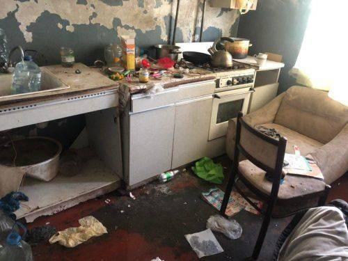 У Черкасах поліцейські виявили двох дітей, які жили у жахливих умовах (фото)