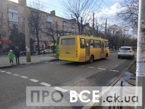 У середмісті Черкас маршрутка збила пішохода, чоловіка забрала швидка (фото, відео)