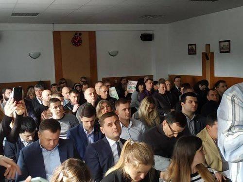 Сесія Черкаської міської ради розпочалася зі скандалу. Частина депутатів покинула засідання (відео)