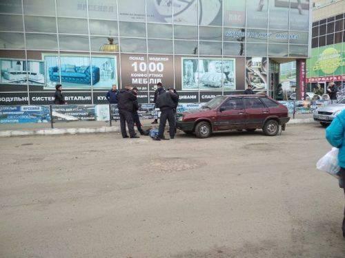 У центрі Сміли перехожі знешкодили озброєного чоловіка