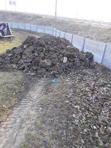 На Черкащині невідомі закидали кладовище багнюкою та побили паркан (фото)