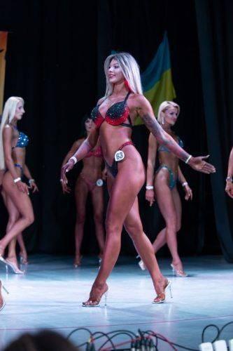 Сталеві м'язи та спокусливі бікіні: у Черкасах змагалися бодібілдери (фото)