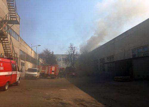 7 одиниць техніки та 30 рятувальників: У Черкасах горів склад (фото)