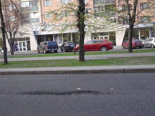 У центрі Черкас почала руйнуватися нова дорога (фото)