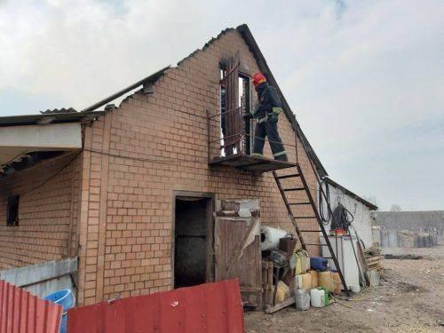 Учора, 10 квітня, близько 12:15 години в селі Івахни Монастирищенського  району по вулиці Бурди виникла пожежа.   Загорілася надвірна споруда, розмір якої 5 на 20 метрів, стіни цегляні, покрівля шиферна.   Вогнем знищено покрівлю на площі 100 м. кв., вікно та двері. Збиток склав 40 000 грн.  Причина пожежі – коротке замикання електромережі. Пожежу локалізовано о 12:52 год., ліквідовано о 14:28 год. силами 22-ї ДПРЧ (1АЦ).  За інформацією прес-служби Монастирищенської державної пожежно-рятувальної частини 22  Читайте також: У Черкасах сталася пожежа у багатоповерхівці.