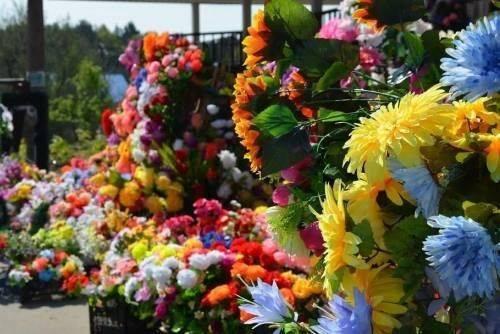 На Черкащині хочуть заборонити продаж штучних квітів