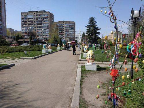 Черкаські сквери прикрашають до Великоднього фестивалю (фото)