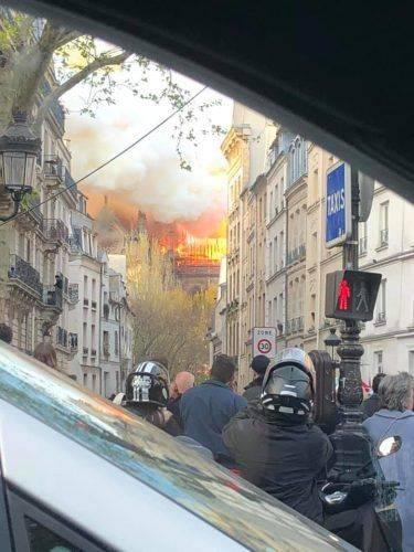 Відома письменниця з Черкас стала свідком пожежі Собору Паризької Богоматері (фото, відео)