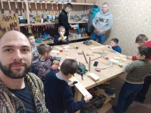 Переселенець у Черкасах навчає хлопців робити речі для дому