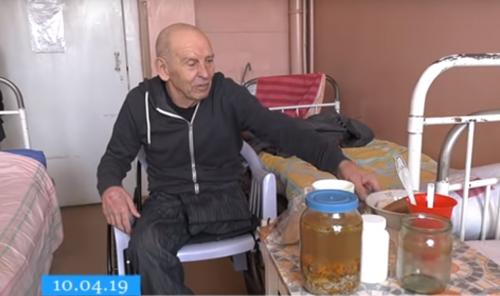 Покинутий родиною черкаський пенсіонер вимушено живе в одній з лікарень міста (відео)