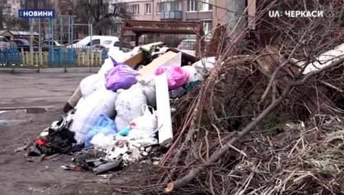 Меблі, будматеріали, гілля: Біля дитмайданчику в Черкас утворилося стихійне сміттєзвалише (відео)